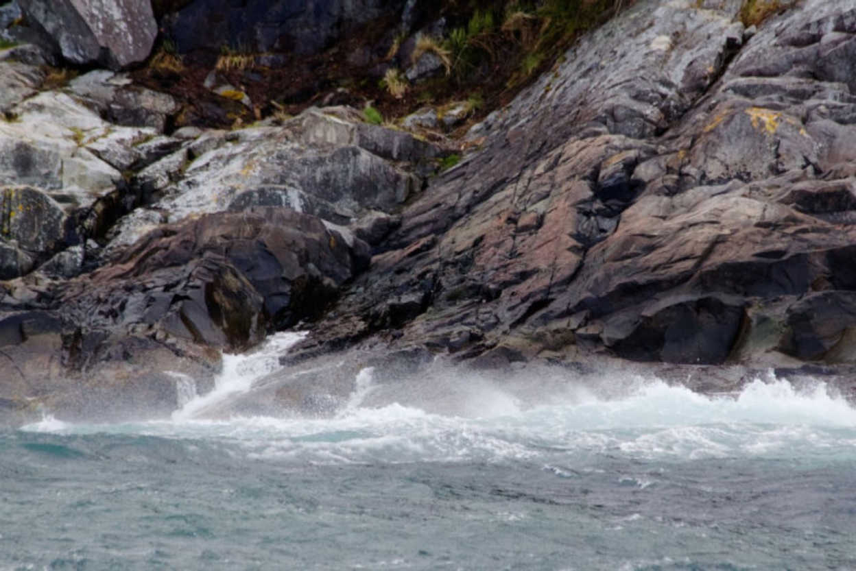 Waves-Crash-Across-the-Rocky-Shore